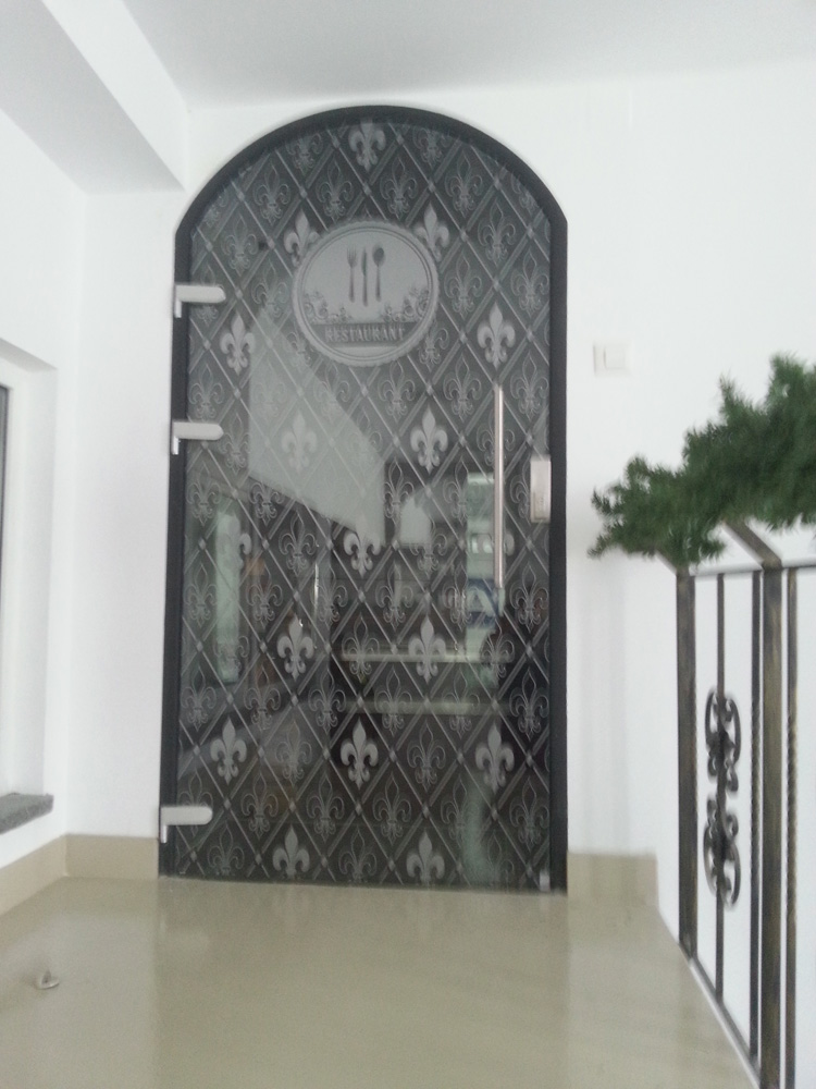 Inscriptionare usa din sticla