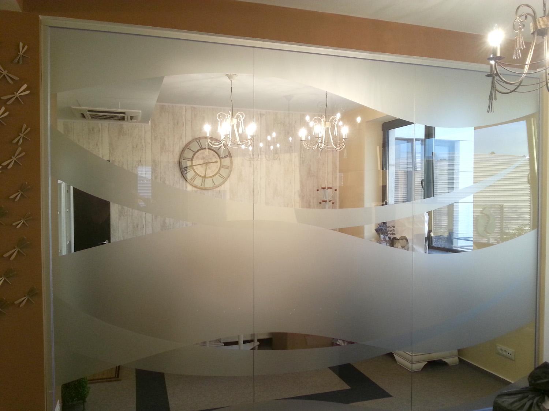 Inscriptionare geamuri cu autocolant imitatie geam sablat